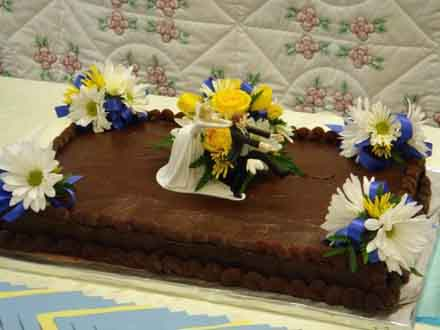 Daisy Cake topper and accents in Cabool MO, Cabool Florist At Cleea's