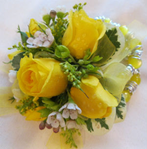 Yellow Spray Roses in Farmington CT, Haworth's Flowers & Gifts, LLC.